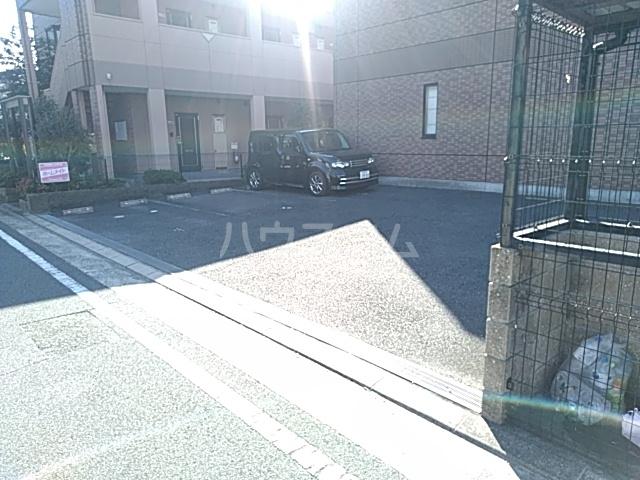 モアクレスト 105号室の駐車場