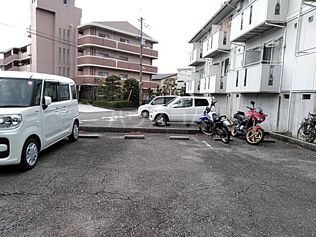 ジュネス阪本 203号室の駐車場
