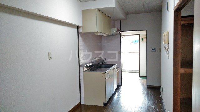 プラムガーデン 402号室のリビング