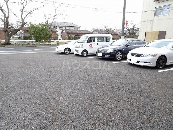 グランシャリオ 101号室の駐車場