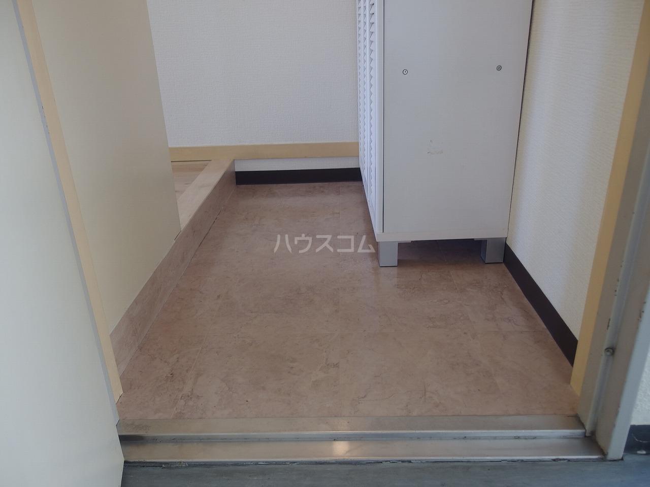 グランラパン 101号室の玄関
