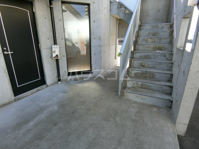 リヴェルシーデ 01号室の駐車場