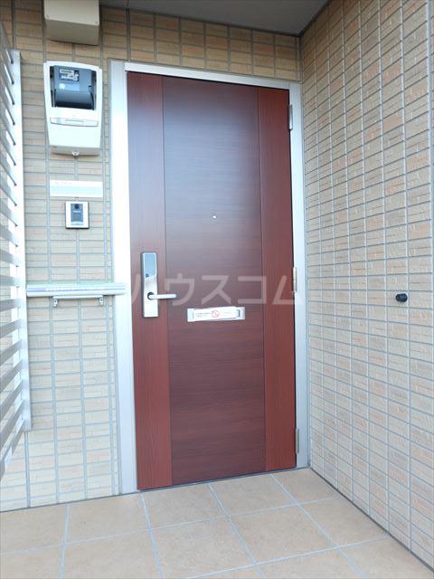 リェス ソーンツェ B 205号室の玄関