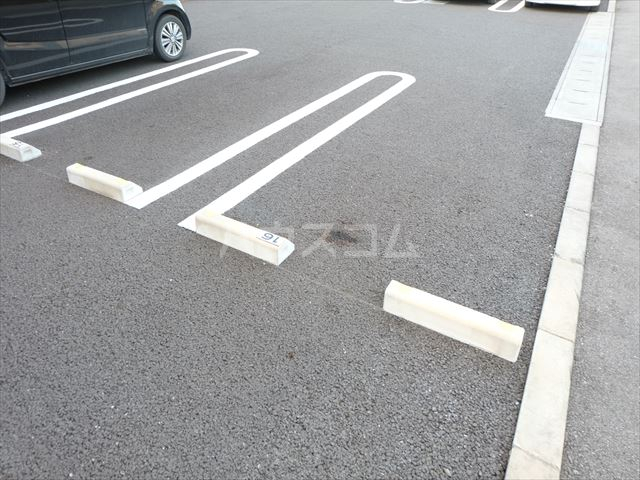 リェス ソーンツェ B 205号室の駐車場