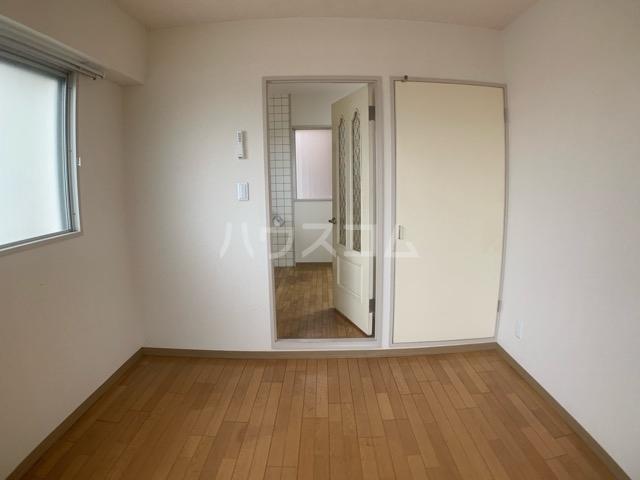 クレール中山 704号室のリビング