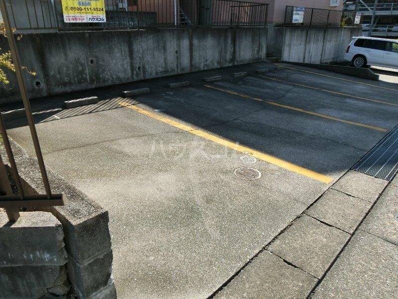 クレールK 203号室の駐車場