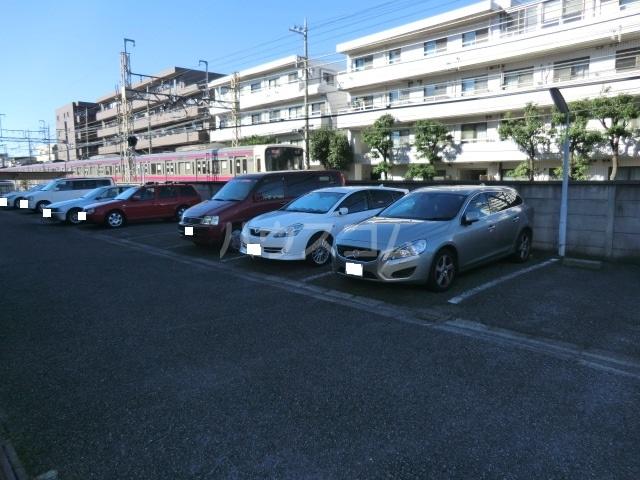 プリミエール烏山 303号室の駐車場