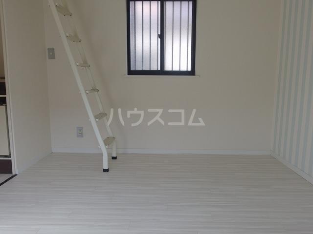 シャルマンハウス石田2号館 205号室のリビング
