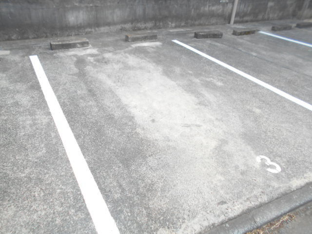 フラワーマンション 102号室の駐車場