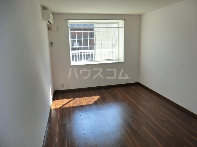 ハイツ松栄A 205号室のリビング