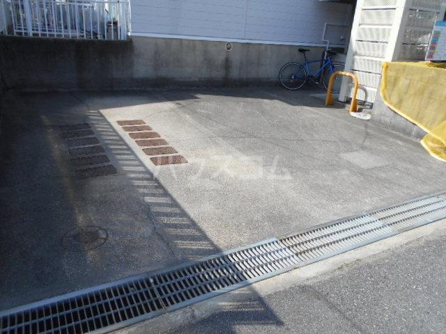 ビレッジ半城土 202号室の駐車場