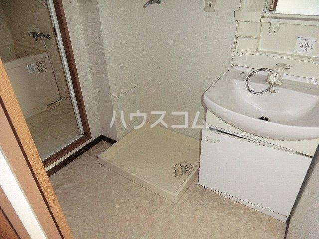 ワイズコート 201号室の洗面所