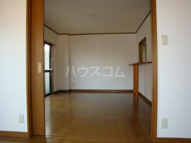 プルミエール浅岡 303号室のリビング