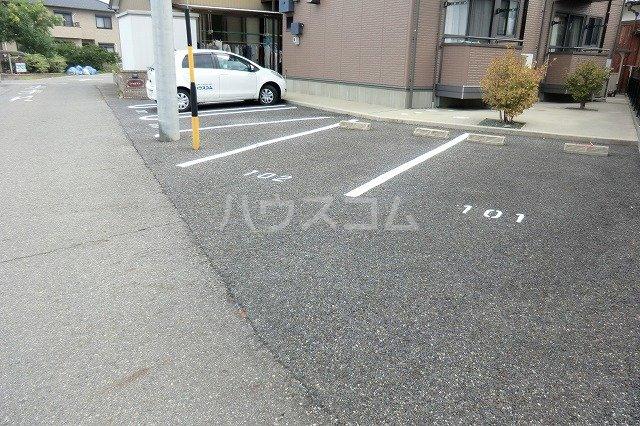 シャルマン 201号室の駐車場