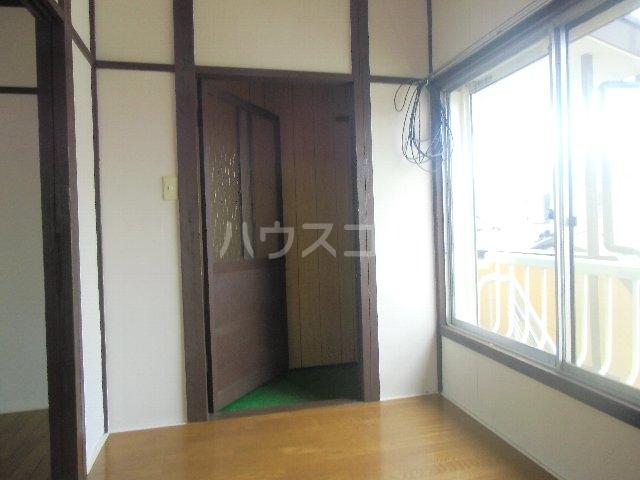 石田荘 201号室の玄関