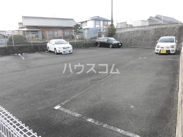 サープラスYAMADA A102号室の駐車場