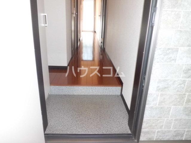 リブリ・ヴァータジェム 105号室の玄関