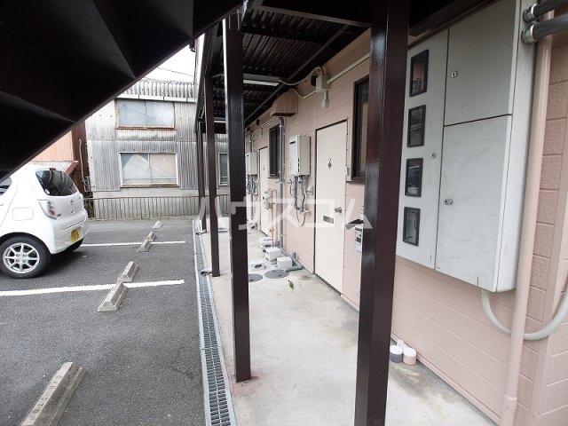 ハルヒハウス 1C号室の駐車場