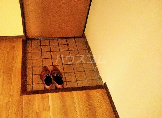 持丸荘 201号室の玄関