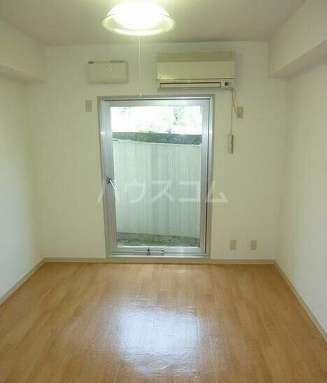 フレンドポート磯子第1 201号室のリビング