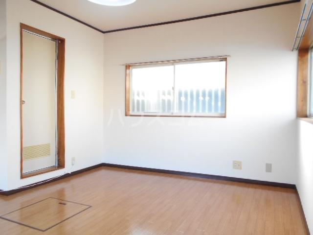 フラワーベールKASAI 101号室のリビング