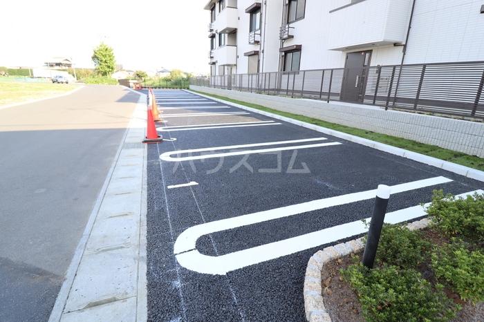 フォルトゥーナ 305号室の駐車場