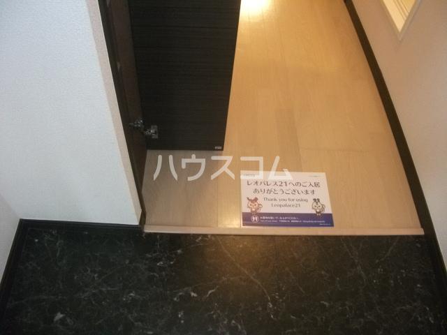 レオパレスゴールド 201号室の玄関