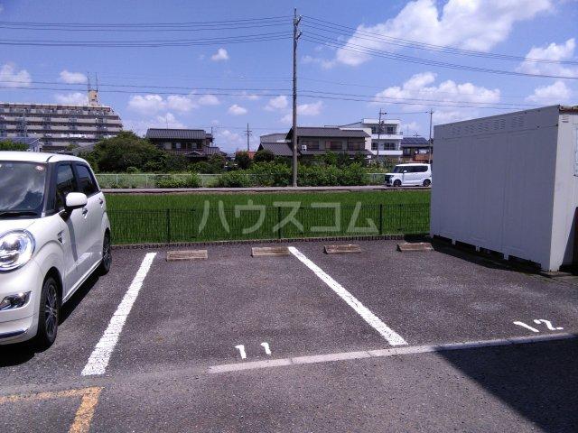 アムールグリシーヌ 201号室の駐車場