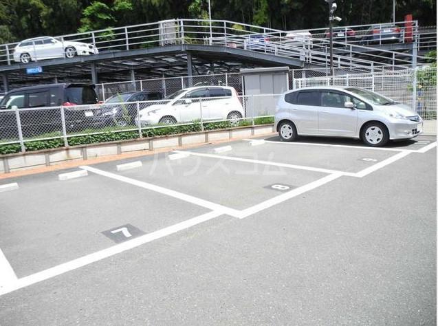 サンプラザ港南台 501号室の駐車場