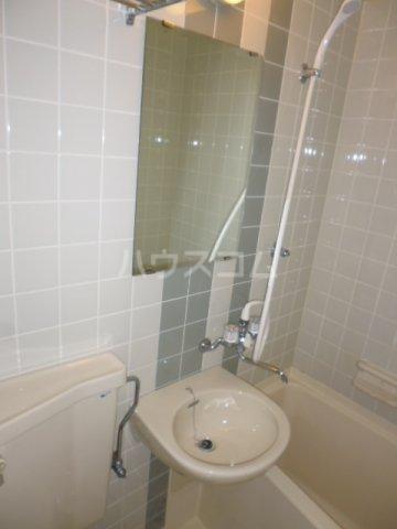 メゾンパール桂 402号室の洗面所