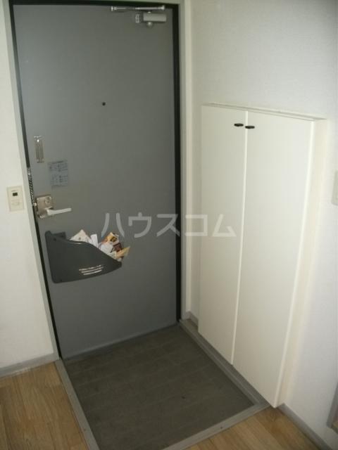 ナリッシュ B-205号室の玄関