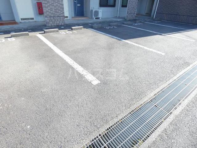 ア・ラ・モードU 02010号室の駐車場