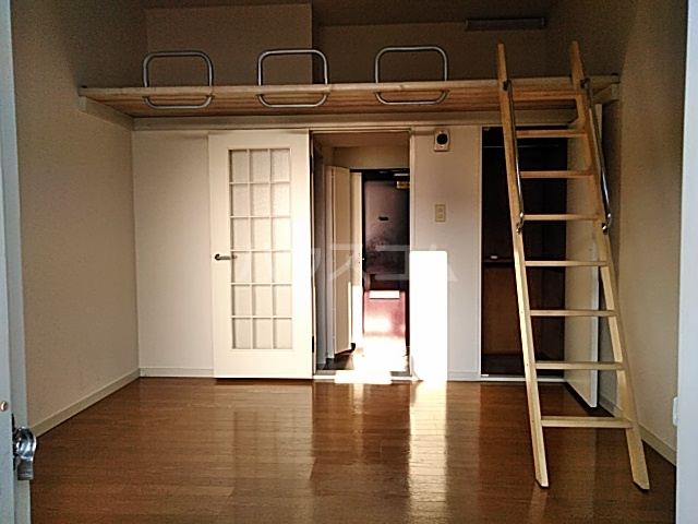 ハイドアウト園 204号室のリビング