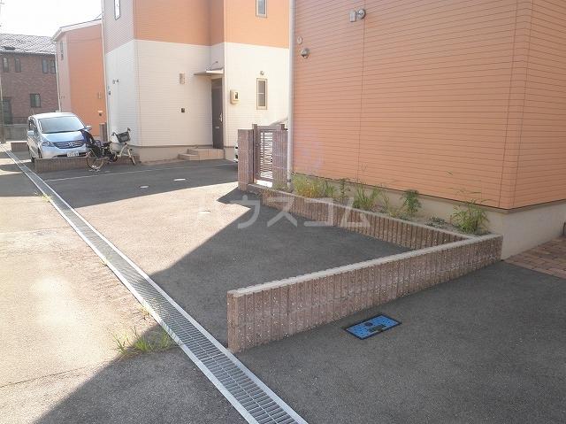 プチメゾンエクラの駐車場