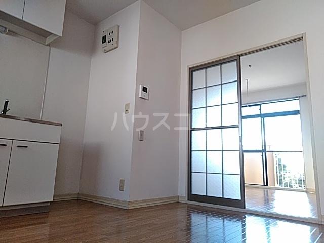 コーラルハイム平塚 202号室のリビング