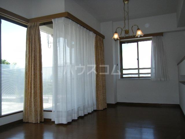 ルイシャトレ百草園ヒルズB棟 7F号室のリビング