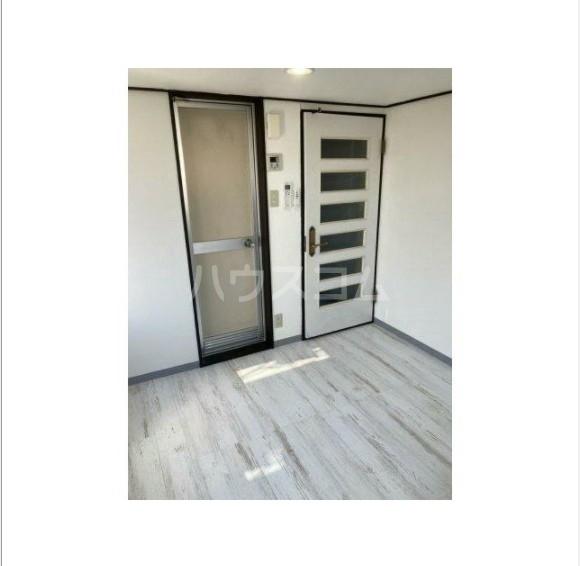 ライフピアリバティ 201号室の玄関