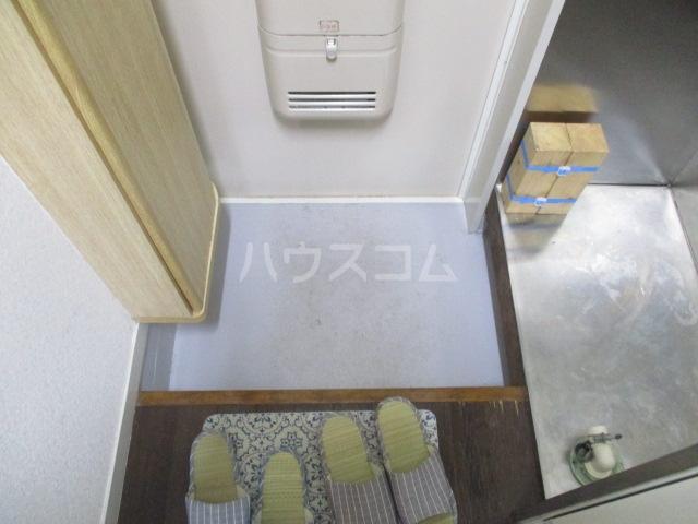 アゼリアKⅠ 106号室の玄関