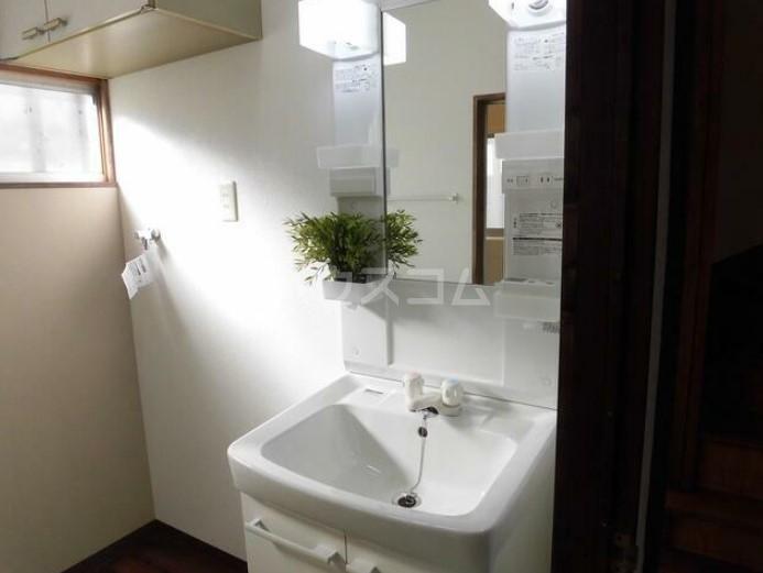 篠籠田貸家の洗面所