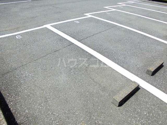 メゾンセントポーリアB 01030号室の駐車場