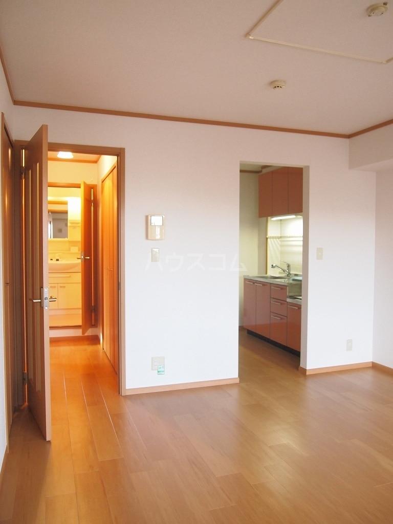 メゾン・ファミーユ 02020号室のリビング