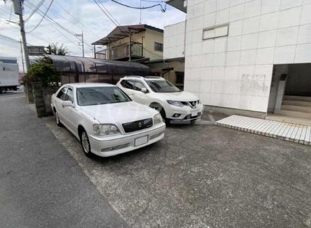 DOMUSマンション C-2号室の駐車場