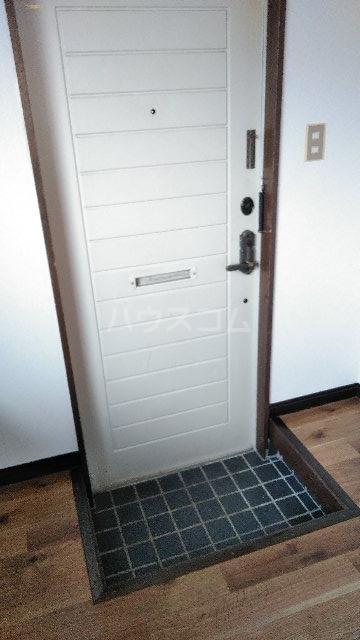 ウエストヒルズ宮代 205号室の玄関