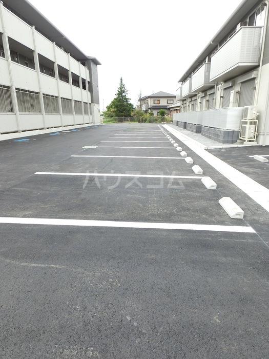 アクロスN 105号室の駐車場