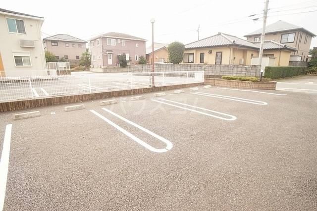 リュミエールレーヴE 02010号室の駐車場