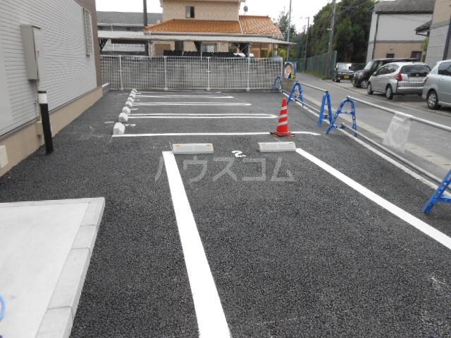 ウッドリバー 01010号室の駐車場