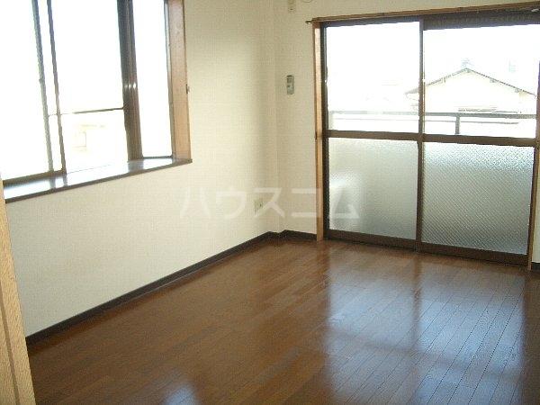 エレガンス小川 305号室のリビング