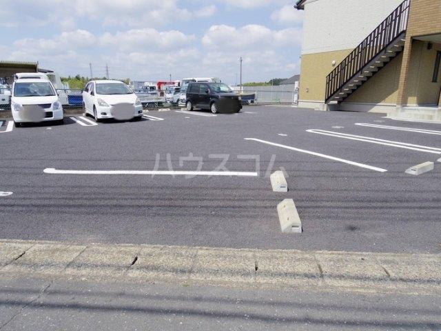 サニーフラット 207号室の駐車場