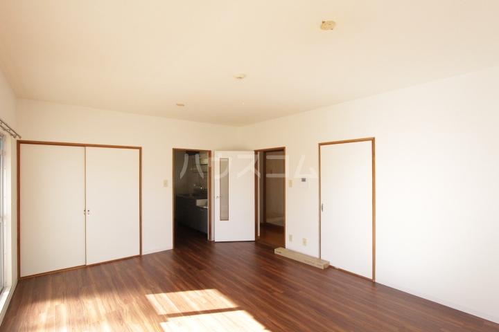 グランドールマンション 206号室のリビング