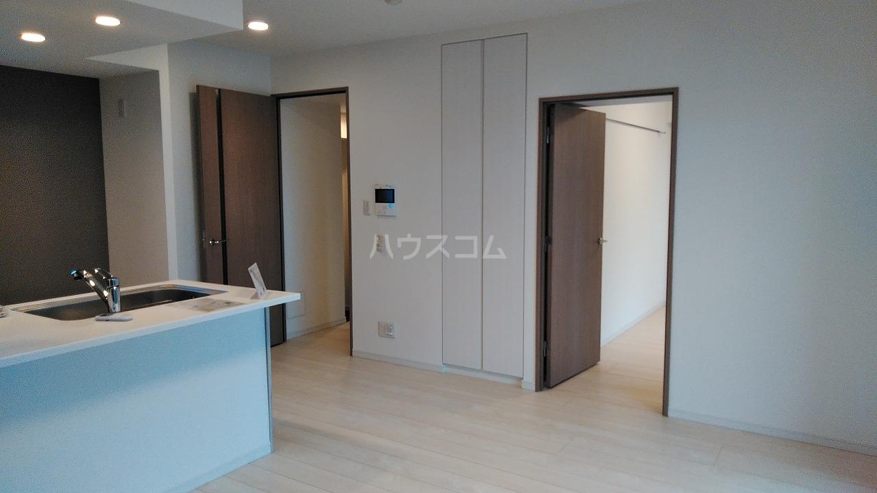 アジールコート新高円寺 601号室のリビング